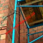 An example of an alternative fastening of facade scaffolding to a house wall